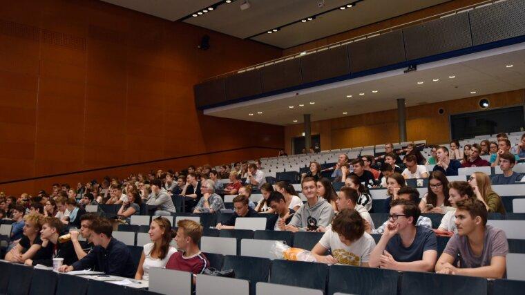 Hörsaal mit Schülerinnen und Schülern