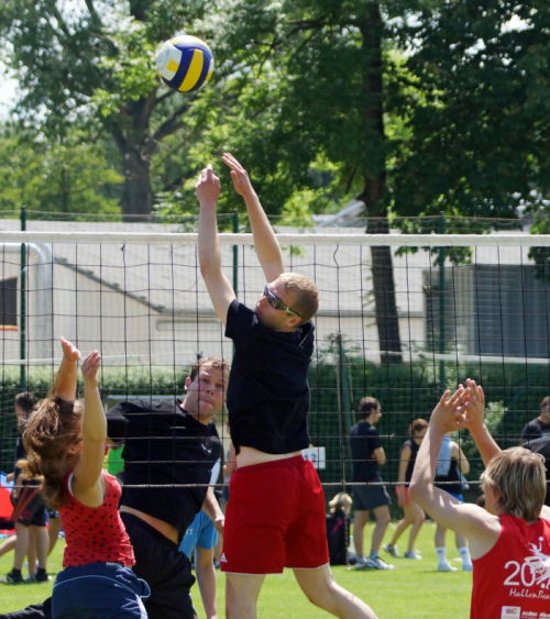 Studierende spielen Volleyball beim Hanfried-Turnier