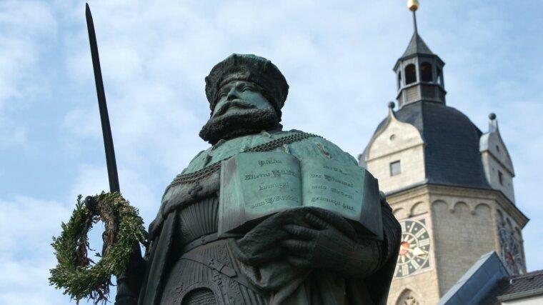 Frontalansicht der Hanfried Statue